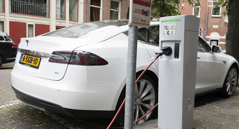 Elektrische Auto Slaat Zonnestroom Op De Ingenieur