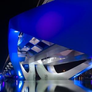 De Sheikh Zayed-brug in Abu Dhabi is van de hand van architect Zaha Hadid, het dynamische lichtontwerp van Van der Heide (foto Hollands Licht).