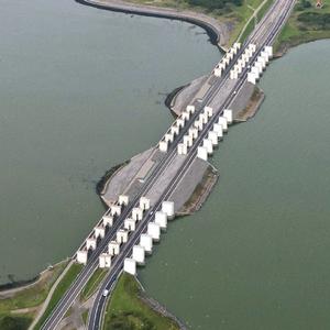 Impressie van de nieuwe pomphuizen aan de IJsselmeerkant bij de Stevensluizen