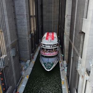 Het eerste schip in de liftbak.