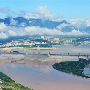 Zicht op de Three Gorges Dam met rechts de scheepslift.