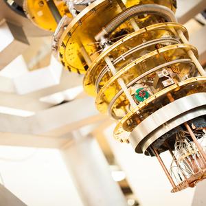 Een van de koelers in het Delftse kwantuminstituut QuTech. In dit geval is de omhulzing verwijderd om de binnenkant te tonen. Helemaal onderaan hangt de kwantumchip, waar de temperatuur maar een paar milligraden boven het absolute nulpunt is.