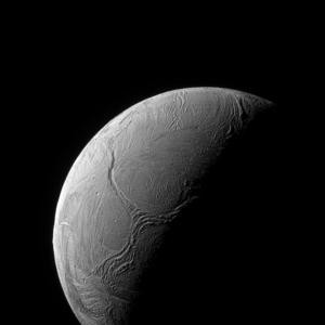 Het oppervlak van Enceladus heeft tectonische scheuren in zijn ijskorst.