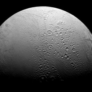 Het opervlak van de maan Enceladus van Saturnus.