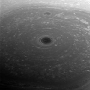 Turbulente wolken op de noordpool van Saturnus.