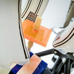 De robothand manipuleert een vierkant.