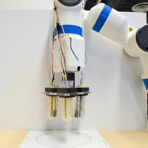 De robothand pakt een ledlamp.