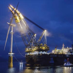 De WIndturbine wordt op de ballasttank gezet. Foto  Roar Lindefjeld_Woldcam/Statoil.