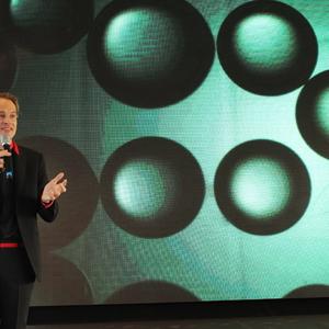 Roosegaarde vertelt over de lichtgevende algen van Glowing Nature