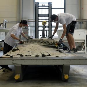 Los zand wordt weggeblazen van de 3D-geprinte mal van zandsteen. Foto ETH Zürich/Tom Mundy.